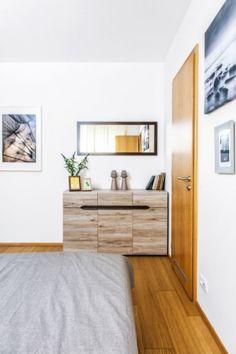 Dekory dřeva se prolínají celým bytem, tedy je najdete i v interiéru ložnice, jejíž největší část vyplňuje postel pořízená v Kika