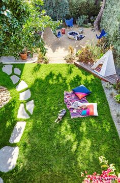 Exclusive: Tour actress Constance Zimmer& Soulful Family Home via MyDomain . - Exclusive: tour actress Constance Zimmer& Soulful Family Home via MyDomaine pl - Large Backyard Landscaping, Backyard Layout, Backyard Patio, Patio Stone, Patio Plants, Flagstone Patio, Concrete Patio, Patio Table, Landscaping Ideas