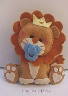 Aprende cómo coser un muñeco de león en fieltro paso a paso ~ Haz Manualidades - buypyg Baby Crafts, Felt Crafts, Diy And Crafts, Felt Patterns, Stuffed Toys Patterns, Felt Pictures, Baby Mobile, Felt Baby, Felt Decorations