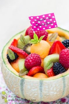 The good idea: dig a melon for the fruit salad! Source by lacameramh Healthy Fruits, Fruits And Veggies, Healthy Drinks, Healthy Snacks, Healthy Recipes, Eat Healthy, Fruit Recipes, Dessert Recipes, Dessert Aux Fruits