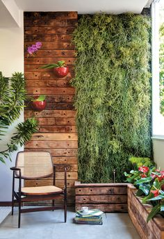 Balcony Green Wall Ideas: Vertical Living Wall - Unique Balcony & Garden Decoration and Easy DIY Ideas Small Balcony Design, Vertical Garden Design, Vertical Gardens, Apartment Balcony Decorating, Apartment Balconies, Cozy Apartment, House Plants Decor, Plant Decor, Green Wall Decor