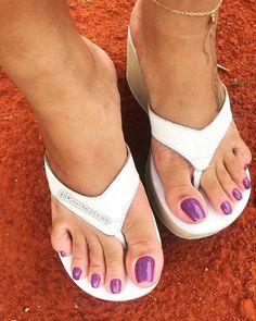 Pretty Toe Nails, Pretty Toes, Acrylic Toe Nails, Pies Sexy, Long Toenails, Platform Flip Flops, Toe Polish, Tan Body, Beautiful Toes