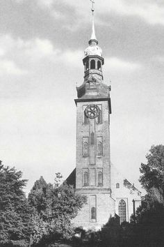 https://flic.kr/p/7u8ofq | 200a Königsberg - Neurossgärter Kirche | Die Neurossgärter Kirche stand im Stadtteil Neurossgarten in Königsberg.  Der Stadtteil Neurossgarten lag westlich vom Steindamm und die Kirche ist nicht zu verwechseln mit der Altrossgärter Kirche auf der Ostseite des Schlossteichs.  Die Kirche wurde 1644 - 47 erbaut. Der 90 m hohe Kirchturm wurde 1683 bis 1695 errichtet. Er diente den Haffschiffern als Landmarke. Im Zweiten Weltkrieg wurde die Kirche völlig vernichtet…