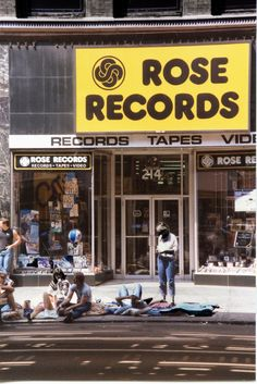 People camped out in front of a record store in Chicago in the early eighties. Chicago City, Chicago Style, Chicago Illinois, Chicago Pictures, The Blues Brothers, Chicago Neighborhoods, Chicago Shopping, My Kind Of Town, Classic Tv