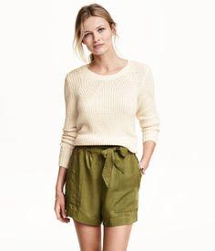 CONSCIOUS. Ett par vävda shorts i Tencel® lyocell. Shortsen har hög midja med resår och knytskärp. Sidfickor och en passpoalficka bak.