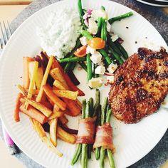 Dinner 😋👏🏻 #skinke#surret#aspargus#rc#royalcopenhagen#sundhed#sundmad#dullermedmuller#fitfamdk#bacon#grill#kylling#grillet fetaost salat pommefritter fritter rodfrugt rodfrugter