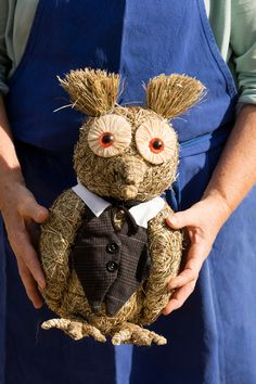 Do you feel like to do handcrafts? Make your own hay figures: be creative and amaze everyone with this simple, self-made present! Make Your Own, Make It Yourself, Red Rooster, Handicraft, Arts And Crafts, How Are You Feeling, Presents, Teddy Bear, Simple