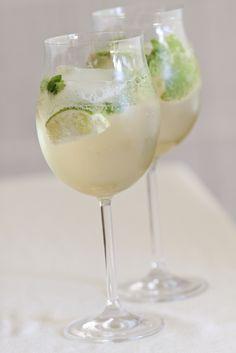 Een heerlijk verkoelend drankje met bubbels! *Agavesiroop is een plantaardige siroop. Het is te koop bij de grotere supermarkten of bij natuurvoedingswinkels. Kun je het niet vinden, dan is maple syrup of honing ook lekker. Pers de limoen uit met een citruspers. Voeg het sap en 15 ml agavesiroop toe aan het glas prosecco en […] Cocktail Mix, Cocktail Drinks, Alcoholic Drinks, Mojito, Wine Cocktails, Prosecco, Fruit Smoothies, Summer Drinks, Mixed Drinks