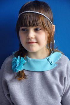 De vintage kraag mocht wel opvallen op de Lotta jurk. Dus maakte ik ereen Julia sweater bij. De sweater heb ik afgewerkt met een gewone halsbies, zo kun je de asymmetrische kraag van de jurker bo…