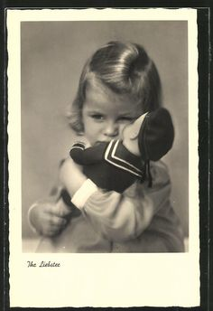 Alte Ansichtskarte: AK Ihr Liebster, kleines Mädchen mit einer Matrosen-Puppe