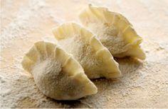 Une petite recette venue directement d'Asie pour clôturer cette semaine : les jiaozi, des raviolis chinois ! Une recette un peu longue mais qui en vaut la peine : les raviolis chinois, appelés jiaozi. Retrousse tes manches et c'est parti ! Les proportions sont données pour 4 personnes (même pour 3 ou 2, les estomacs [...]