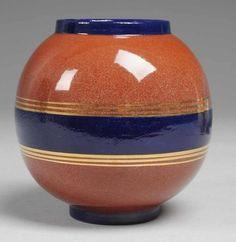 VaseRoter Scherben, rotbraun u. kobaltblau glasiert. Auf rundem Stand kugelige…