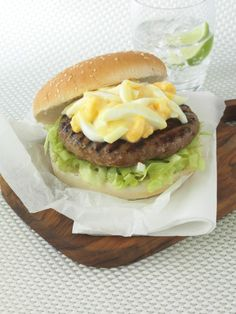 Make an American turkey burger recipe with eggs and mayonnaise. Serve your turkey burger recipe with chips. Egg Burger, Burger Buns, Good Burger, Turkey Burger Recipes, Turkey Burgers, Egg Recipes, Healthy Recipes, Recipies, Turkey Mince