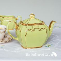 A complete set of vintage Sadler cube shaped teapot and matching milk jug and lidded sugar bowl, in fresh, beautiful lime green. The vintage set has imperfection, please read carefully and study the photos as part of this description: Teapot: has some crazed lines on the inside, at