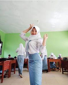 Hijab Teen, Girl Hijab, Graffiti Font, Beautiful Muslim Women, Hijab Chic, Normcore, Celebs, Hot, Sexy