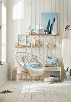 It doesn't get more boho than this! To add chill summer vibes in any space, whether it be a bedroom, a playroom or a living room, hang this stunning cotton chair with a macramé feel. It'll quickly become your child's absolute favourite spot in the house! Beach Room Decor, Beachy Room, Teen Beach Room, Teenage Beach Bedroom, Girls Surf Room, Beach Apartment Decor, Diy Girl Room Decor, Room Decor Boho, Beach House Decor