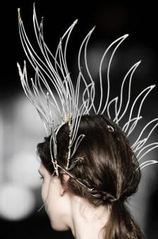 Best in Sculptural Fashion: Beautiful sculptural headpiece with wire formed leaf headdress // Osklen Disney Cosplay, Foto Fashion, High Fashion, Origami Fashion, Antoine Griezmann, Body Adornment, Jeans Material, Circlet, Sculptural Fashion