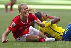 女子サッカーW杯カナダ大会・グループC、スイス対エクアドル。エクアドルの選手と衝突したスイスのラヘル・キウィッチ(2015年6月12日撮影)。(c)AFP/ANDY CLARK ▼13Jun2015AFP|スイスが10-1でエクアドルを一蹴、女子サッカーW杯 http://www.afpbb.com/articles/-/3051558 #2015_FIFA_Womens_World_Cup #Group_C_Switzerland_vs_Ecuador #Rahel_Kiwic