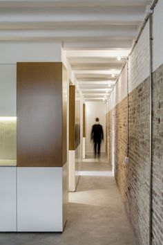 La Carmeta is the result of splitting a single apartment into two different entities. We inserted an equipped bar that runs parallel to the dividing wall and is placed in a position that solves the circulation area on one side and the night-time zone o...
