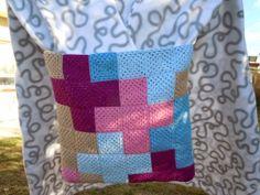Path-crochet.  Técnica de patchwork y crochet para formar el cojín. http://tildepatch.blogspot.com.es/2013/11/quedada-crochetera.html