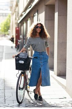 Here are a few different denim gown outfit smart ideas for you. Long Denim Skirt Outfit, Denim Skirt Outfits, Midi Skirt Outfit, Denim Skirt Midi, Denim Fashion, Look Fashion, Fashion Outfits, Jupe Midi Jean, Pinterest Mode