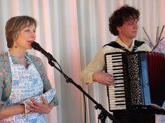 """Gevoed door haar ervaring als """"zus van"""" zingt en vertelt Nynka Delcour op persoonlijke, ontroerende en grappige wijze over loslaten en vasthouden, over grote verdwaalde broer, over kreukelmoeders, de HEMA, foute mannen, zorg-soep, verwarde oma's en nog veel meer. http://www.krachtvanbeleving.nl/producties/hou-me-los/ foto Rik Engelgeer"""