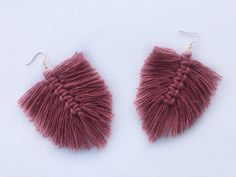 This video tutorial teaches you how to make quick and easy macrame feather earrings. Macrame Earrings, Feather Earrings, Diy Earrings, Pastel Pink, Bespoke, Make It Yourself, How To Make, Accessories, Earrings Crafts