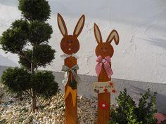 Deko-Objekte - Hasenfrau auf Säule mit Schild - ein Designerstück von Creative-Holz bei DaWanda