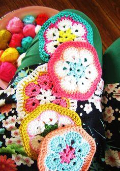 silly old suitcase: zo leuk maar o wat heb ik moeite het originele engelse patroon te lezen.... Crochet Potholders, Crochet Squares, Crochet Granny, Crochet Motif, Knit Crochet, Crochet Patterns, Granny Squares, Crochet Ideas, Crochet African Flowers