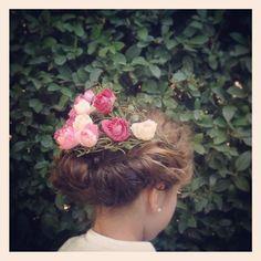 Esta foto es un regalo de buenas noches!! Tocado floral by tita.mar.tira peinado  romántico y natural perfecto para la opción de recogido para comunión #tocadosdecomunión #niñasymamas #invitadaperfecta #titamartitaoutfit #coronasflorales by tita.mar.tita