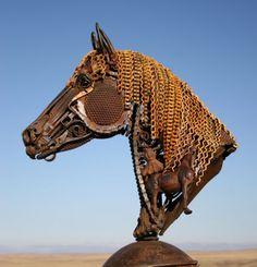 iron-horse-head John Lopez est un artiste américain originaire de l'Etat du Dakota du Sud. Elevé dans un ranch, il s'est d'abord lancé dans la réalisation d'oeuvres d'art en bronze qui ont connu un succès sans précédent à travers le pays. Depuis, sa nouvelle lubie, c'est le fer. On vous laisse découvrir en images ses plus belles créations réalisées à partir d'anciens matériaux de ferme que vous pouvez également retrouver sur son site web.