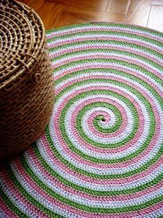 Olá, pra hoje tem este tapete que fiz ano passado em barbante, nas cores branca, rosa e verde. Não é nada fácil trabalhar com barbante, prin...