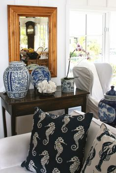 newport beach: a blue and white cottage (luv the pillows! White Cottage, Cottage Style, Coastal Cottage, Coastal Living, Coastal Decor, Cottage Living, Chinoiserie, Newport Beach House, Asian Artwork