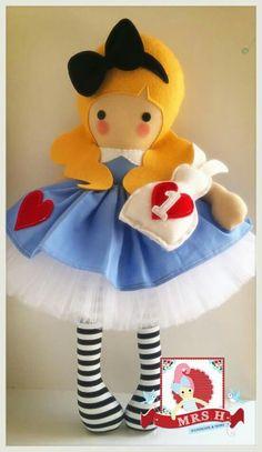 Alice Inspiração Pretty Dolls, Cute Dolls, Beautiful Dolls, Tiny Dolls, Soft Dolls, Felt Crafts, Fabric Crafts, Sewing Dolls, Doll Maker