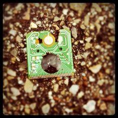 Un microchip es una pastilla pequeña de material semiconductor, de algunos milímetros cuadrados de área, sobre la que se fabrican circuitos electrónicos generalmente mediante fotolitografía y que está protegida dentro de un encapsulado de plástico o cerámica