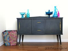 Midcentury cabinet makeover with Graphite Chalk Paint® decorative paint by Annie Sloan and a surprise Mcm Furniture, Diy Furniture Projects, Paint Furniture, Furniture Makeover, Mid Century Cabinet, Black Chalk Paint, Cabinet Makeover, Furniture Inspiration, Color Inspiration