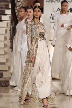 Kuvahaun tulos haulle anamika khanna fashion show Indian Fashion Dresses, Dress Indian Style, Indian Designer Outfits, Designer Dresses, Fashion Outfits, Lakme Fashion Week, India Fashion, Ethnic Fashion, Asian Fashion