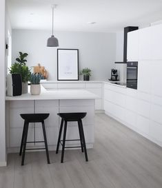 Open Plan Kitchen Living Room, Kitchen Room Design, Kitchen Decor, First Apartment Decorating, Home Interior Design, Interior Plants, Minimalist Kitchen, Trendy Home, Home Remodeling