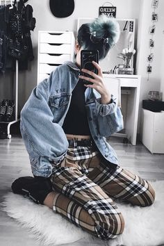 29 Cool Ways to Wear Plaid Pants Oversized denim jacket with black top, plaid pants & ankle boots by Outfit Jeans, Karohosen Outfit, Oversized Denim Jacket Outfit, Cropped Denim Jacket, Ripped Denim, Denim Pants, Black Denim, Grunge Outfits, Edgy Outfits