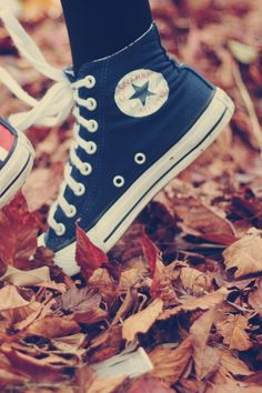 All Star in fall leafs Navy Converse, Converse Sneakers, Converse All Star, Converse Classic, Converse High, Tenis Tipo All Star, Converse Wallpaper, Victorias Secret Models, Africa Fashion