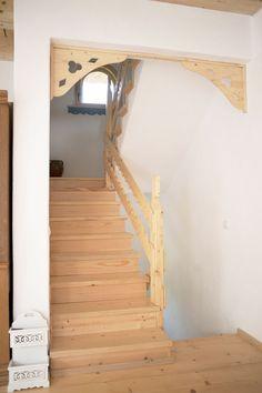 Minunăție de casă în zona Câmpulung | Adela Pârvu - Interior design blogger Old Town, Stairs, Architecture, Interior, Romania, Design, Home Decor, Wooden Ceilings, Houses
