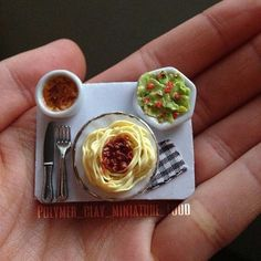 A miniature lunch with spagetti, salad and creme brulée Cute Polymer Clay, Cute Clay, Polymer Clay Miniatures, Miniature Crafts, Miniature Food, Miniature Dolls, Barbie Food, Doll Food, Doll Crafts