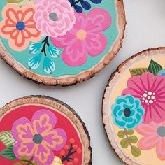 Two of our favorite things.Wood slices and floral patterns 💐 Check out that detail in the outer edges of the rounds 😍 📸: via Circle Painting, Painting On Wood, Stone Painting, Craft Patterns, Floral Patterns, Wood Slice Crafts, Diy And Crafts, Arts And Crafts, Posca Art