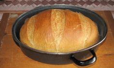 """Výborný recept na chleba pre každého, kto si netrúfa na recepty našich babičiek, ale rád by si pochutnal na domácom chlebe. Tento recept je úplne jednoduchý a napriek nutnosti počkať na kysnutie cesta, príprava vám zaberie len 10 minút času. Čím dlhšie necháte chlieb kysnúť, tým viac """"bubliniek"""" bude mať vnútri. Ja nechávam cez noc, pokojne ale môžete nechať cesto"""