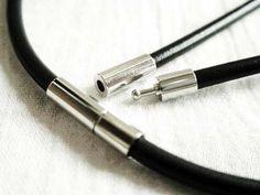 【革紐アクセサリー使用例】 ワンタッチ着脱金具。シンプルで美しいアクセサリーパーツ。 #レザークラフト #革ひもネックレス #金具 http://www.pron.jp/clasp-metal.html