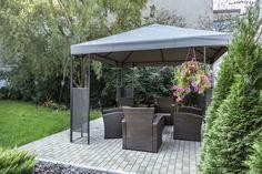 Hier ist ein einfacher Metall Pavillon mit einem Stoff-Verdeck. Dies ist eine perfekte minimal Pavillon für einen einfachen Hof. Es hält Sie Out of the Rain nimmt keine enorme Menge an Hof Raum