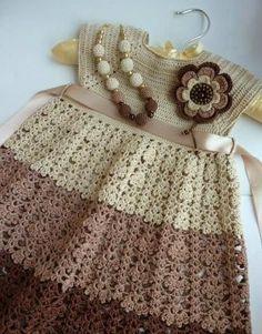 Este vestidinho encontrado na net, utilizou-se de cores não muito usuais em peças infantis.   Mascomo ficou charmosa essa combinação!     ...