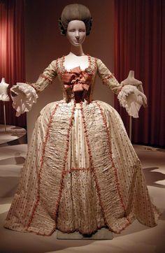 Robe à la française (c) Kobe Fashion Museum