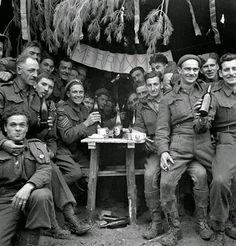 Canadian soldiers enjoying a few drinks on Christmas Day at the front, Ortona, Italy, December 1943 Canadian Soldiers, Canadian Army, Canadian History, British Army, Nagasaki, Hiroshima, Fukushima, Luftwaffe, World History