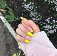 36 Trendy Yelleow Nails New Trend Are Perfect for This Summer 2019 nails; - 36 Trendy Yelleow Nails New Trend Are Perfect for This Summer 2019 nails; Aycrlic Nails, Matte Nails, Nail Manicure, Hair And Nails, Nail Design Glitter, Glitter Nails, Glitter Art, Lemon Nails, Yellow Nail Art